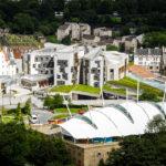 Das schottische Parlament von Arthur's Seat aus gesehen