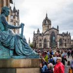 Statue von David Hume, dahinter die St Giles' Cathedral