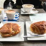 Ein Panini und ein Pain au Chocolat im The Square Café