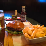 Burger und Pommes Frites in der Theatre Royal Bar