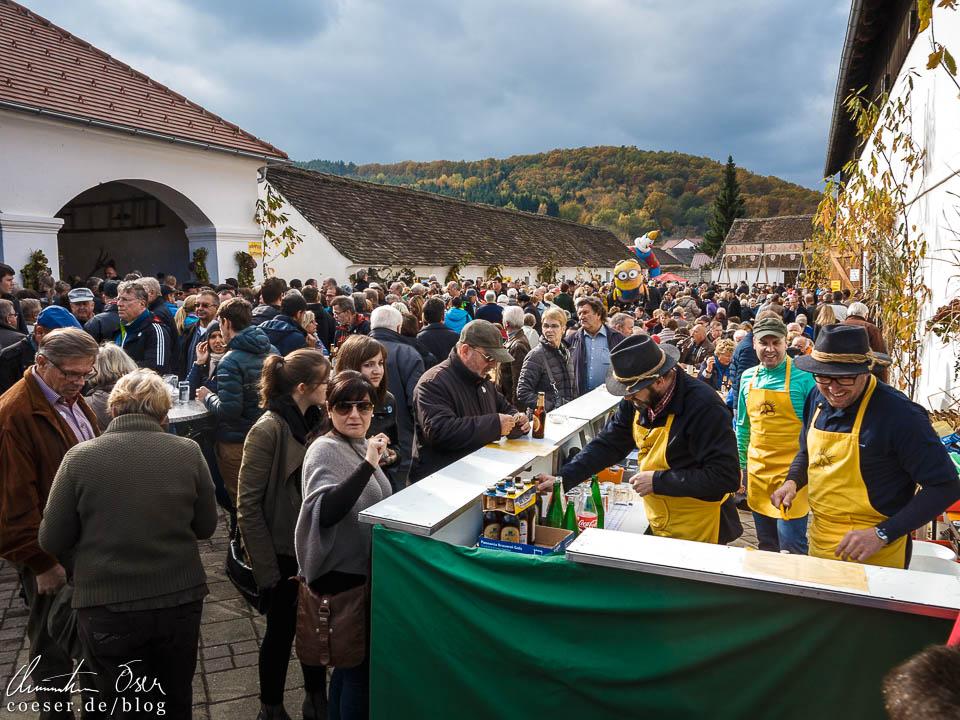Besucher am Kastanienfest in Klostermarienberg