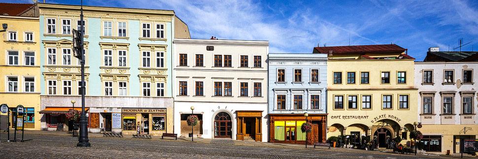 Hausfassaden auf dem Masarykplatz in Znaim