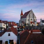 Blick von der Gasse Úvoz vor dem Burgareal auf die Altstadt von Znaim mit der St.-Nikolaus-Kirche
