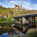 Die kleine Brücke über die Thaya liegt neben dem Oldtimermuseum und bietet einen Blick auf die St.-Nikolaus-Kirche