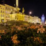 Der beleuchtete Masarykplatz in Znaim mit der barocken Pestsäule
