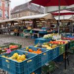 Ein kleiner Markt auf dem Masarykplatz in Znaim