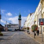 Der Masarykplatz in Znaim mit dem Rathausturm im Hintergrund