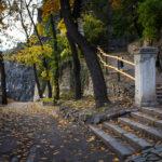 Der wunderschöne Weg hinter dem Oldtimermuseum führt bergauf in Richtung Burg