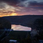 Blick vom Muckweg auf den Stausee und das Thayatal während eines Sonnenuntergangs