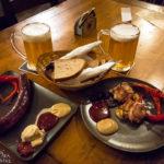 Grillwurst und Grillkäse im Lokal Pivnice U šneka