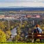 Blick vom Pöltenberg auf Znaim, das Thayatal und die Eisenbahnbrücke