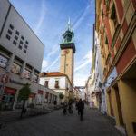Der Znaimer Rathausturm von der Fußgängerzone Obroková aus gesehen
