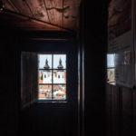 Blick aus einem geöffneten Fenster im ansonsten dunklen Rundgang im Znaimer Rathausturm