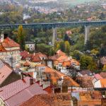 Blick vom Znaimer Rathausturm auf die Eisenbahnbrücke über das Thayatal