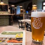 Innenansicht des Restaurant hoZpoda mit Bier und Speisekarte