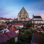 Die St.-Nikolaus-Kirche in Znaim während eines Sonnenuntergangs