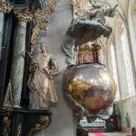 Der Predigtstuhl in Form einer Erdkugel in der St.-Nikolaus-Kirche in Znaim