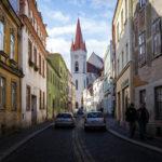 Die St.-Nikolaus-Kirche von der Straße Velká Mikulášská aus gesehen
