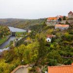Blick vom Rundgang neben der Wenzelskapelle auf das Thayatal, den Stausee und die Znaimer Burg