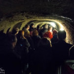Eine große Gruppe im Znaimer Untergrund während einer Führung