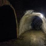 Rechts sieht man den kleinen Zugang zu einer der Adrenalintouren im Znaimer Untergrund