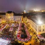 Weihnachtsmarkt auf dem Hauptplatz in Bratislava mit Blick auf die Burg