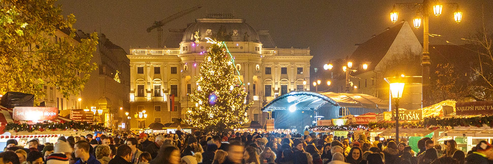 Weihnachtsmarkt vor dem Nationaltheater in Bratislava