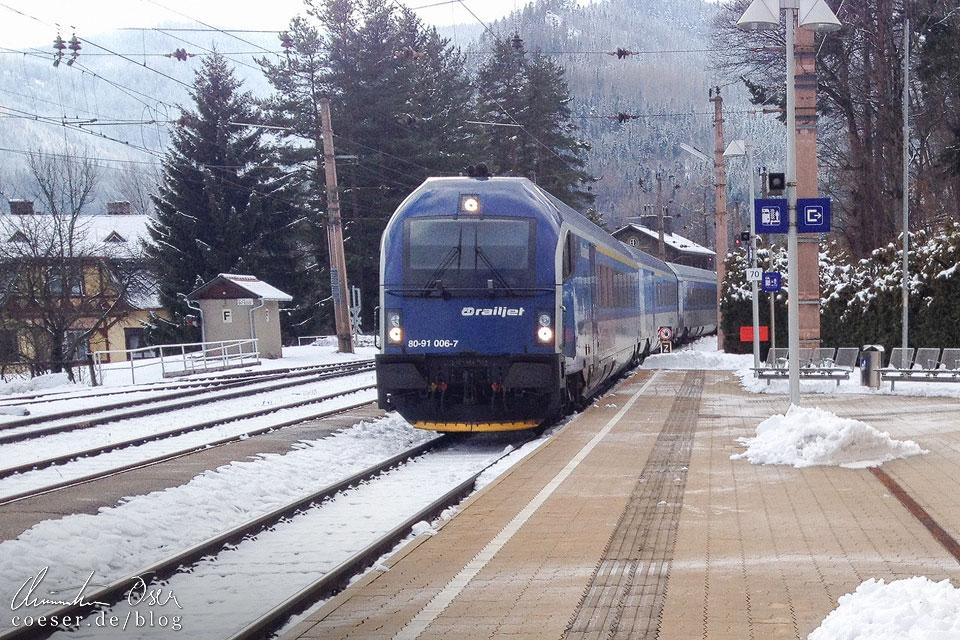 Ein Railjet im Bahnhof Breitenstein auf der Semmeringbahn in Winter