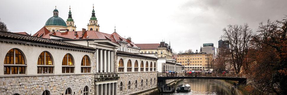 Die Markthallen und der Fluss Ljubljanica in Lubljana