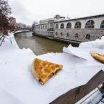 Unser Burek haben wir im Schnee auf der Fleischerbrücke mit Blick auf die Martkhallen genossen