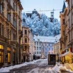 Blick von der Altstadt auf die verschneite Burg von Ljubljana