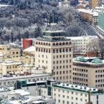 Blick vom Aussichtsturm der Burg auf das Hochhaus Nebotičnik