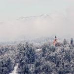 Blick vom Aussichtsturm der Burg auf die verschneite Umgebung