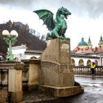 Die Drachenbrücke mit der Burg von Ljubljana und dem Dom St. Nikolaus