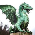 Nahaufnahme eines der Drachen auf der Drachenbrücke