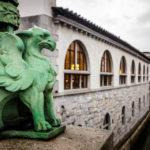 Eine kleine Drachenfigur auf der Drachenbrücke mit Blick auf die Markthallen