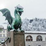 Die verschenite Drachenbrücke mit der Burg von Ljubljana