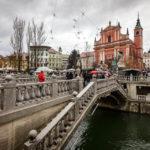 Die Drei Brücken mit der Mariä-Verkündigungs-Kirche im Hintergrund