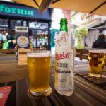 Ein ungefiltertes und ein helles Bier Union im Lokal Forum in Ljubljana
