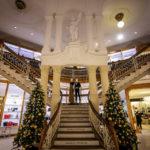 Monumentaler Eingangsbereich im Urbanc-Haus, in dem das Kaufhaus Galerija Emporium untergebracht ist
