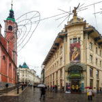 Das Urbanc-Haus auf dem Prešeren-Platz, im Hintergrund das Grand Hotel Union