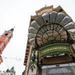 Jugendstil-Glasdach vor dem Eingang des Urbanc-Haus, in dem das Kaufhaus Galerija Emporium untergebracht ist