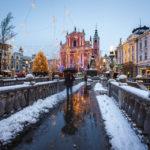 Die verschneite Mariä-Verkündigungs-Kirche von den Drei Brücken aus gesehen