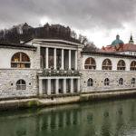 Die Markthallen vom slowenischen Architekten Jože Plečnik und der Fluss Ljubljanica