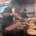 Ganz frisch zubereitete Fleischspeisen wie serbisches Pljeskavica bekommt man im Lokal Roštilj (auch zum Mitnehmen)