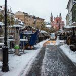 Die verschneite Promenade Cankarjevo nabrežje bietet zahlreiche Lokale mit Sitzgelegenheiten im Freien