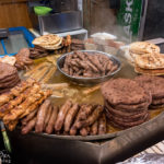 Jede Menge Fleisch gibt es auf dem Weihnachtsmarkt von Ljubljana, allerdings rate ich davon ab