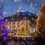Prachtvolle Weihnachtsbeleuchtung auf dem Prešeren-Platz mit Blick auf die Burg