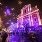 Die prachtvolle Weihnachtsbeleuchtung vor der Mariä-Verkündigungs-Kirche
