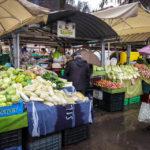 Händler bieten ihre Waren auf dem zentralen Marktplatz an